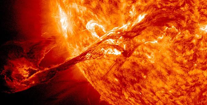 Вспышки на Солнце сопровождаются выбросом заряженных частиц