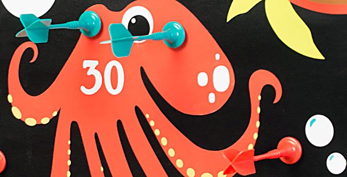 Для совсем маленьких игроков выпускают магнитный дартс с забавными мишенями