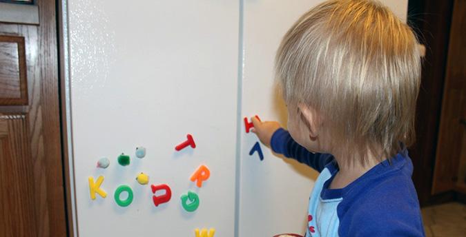Магнитные буквы - лучший способ научить ребенка грамоте и одновременно занять на кухне безопасным делом