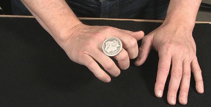 Скотч нужен для того, чтобы смягчить звук прилипания монеты к неодимовой пластинке. А резинка поможет спрятать её в рукаве. В нужный момент нужно провести рукой над ладонью зрителя. Монета «прилипнет» к неодиму. Достаточно отпустить резинку — и она спрячется в руке иллюзиониста.Исчезающая монета - неизменно популярный фокус