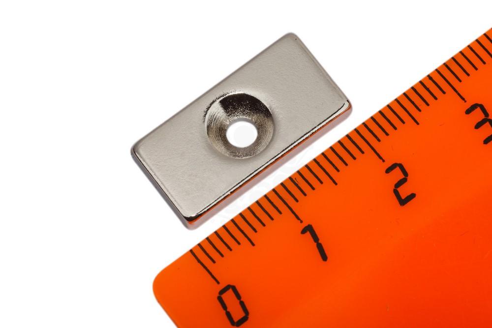Неодимовый магнит прямоугольник 20х10х3 мм с зенковкой 3/6 мм в Красноярске