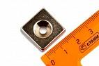 Неодимовый магнит прямоугольник 20х20х5 мм с зенковкой 4.5/10.6 мм, N35